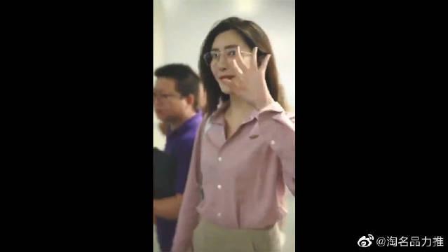 穿着粉色衬衣的江疏影好青春,和粉丝互动,尽显活力!