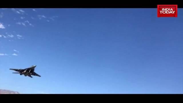 《今日印度》记者在列城实地拍摄印度空军阵风和苏-30MKI训练
