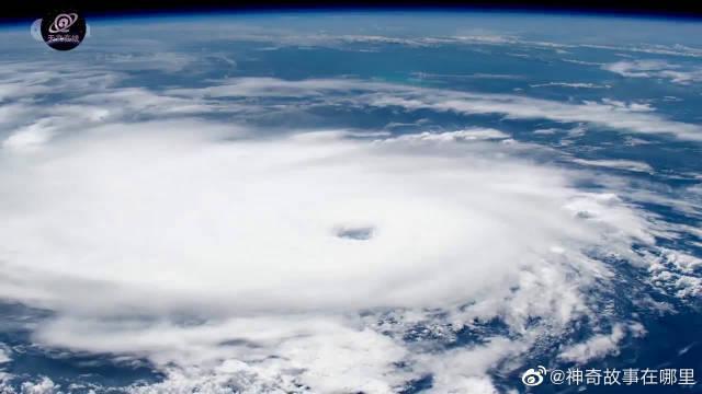 哇哦!这就是近距离看去的飓风多里安,原来它的风眼是这样的