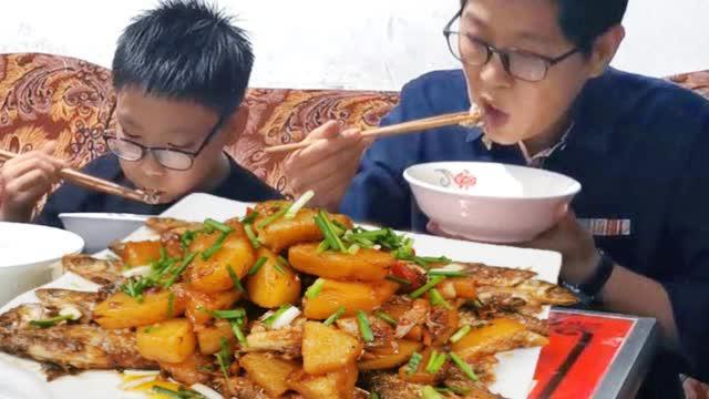 『九九小河鱼炖土豆,开盖满院飘香……
