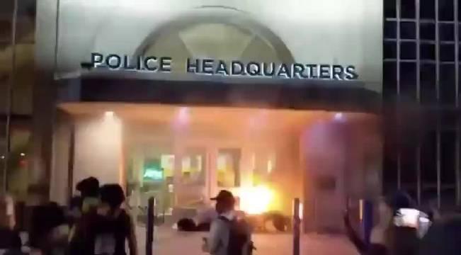 美国密苏里州圣路易斯市警察局门口有抗议者在点火
