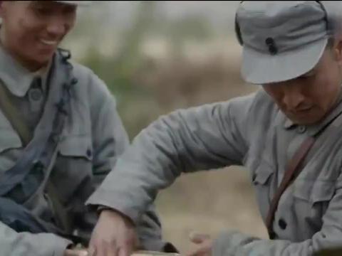 新缴获的大炮不会用,排长抓了一个鬼子,让他向自己人开炮