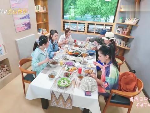 二姐给谢娜众人准备一大桌美食,吉娜大口嗦粉,完全变成中国妞