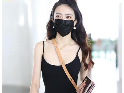 徐璐街拍:Alexander Wang小黑裙Prada厚底鞋堆堆袜