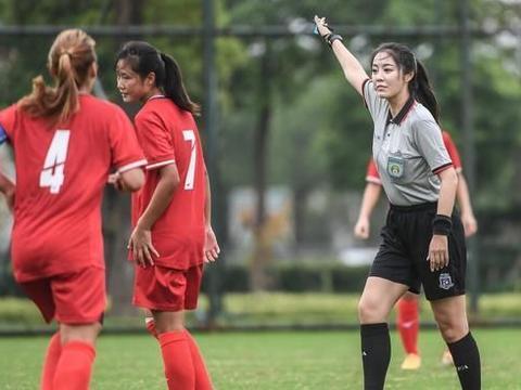 中国足球女裁判走红网络,执法国内杯赛一战成名,高颜值实力派