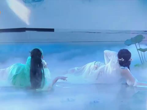 哈妮克孜舞蹈表演《青蛇》,动作活灵活现,何炅:新疆第一美!