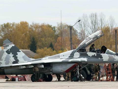 俄罗斯突遭第一枪袭击,米格29被不明导弹击毁,飞行员落地被俘