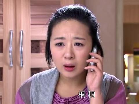 厉仲谋询问吴桐,他能要一张卡片吗?吴桐转身看到厉仲谋非常的吃