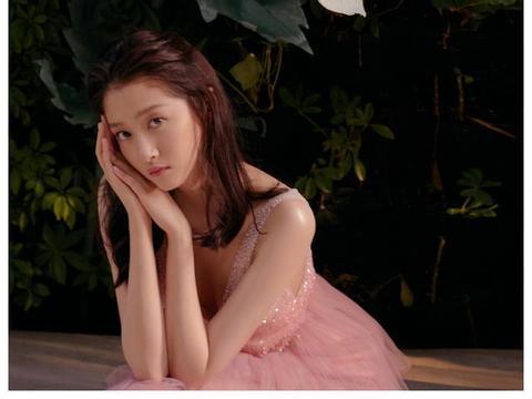 难怪鹿晗初心3年未变,关晓彤一袭粉色蛋糕裙,这身段让人看服