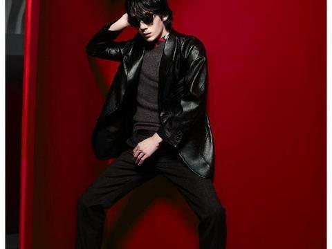 井柏然红黑杂志封面大片曝光,戴墨镜酷帅有型张力十足