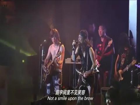剧中:穷小伙在酒吧唱歌,女孩来给小伙一个棒棒糖,小伙是这反应