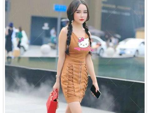 """时尚街拍:今年流行""""双边交叉裙""""搭配小麻花辫,清新又有时髦感"""
