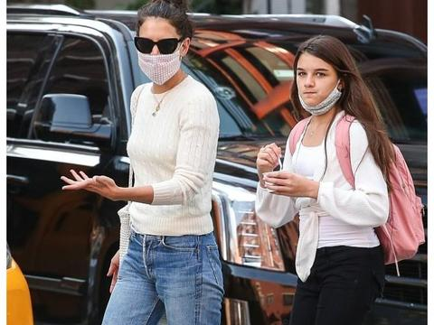 凯蒂·赫尔姆斯街拍:米白色针织衫下穿牛仔裤 缎面穆勒鞋轻松