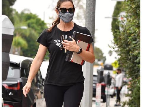 詹妮弗·加纳在洛杉矶外出新街拍
