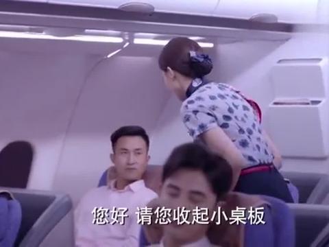 飞机即将降落,空姐嘱托乘客系好安全带,这声音真是太甜了