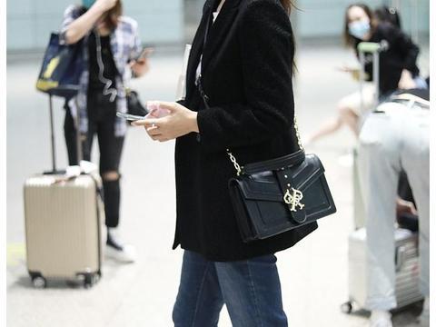 杨童舒街拍:黑色西装内搭白T恤卷边牛仔裤Puma小白鞋熟女魅力