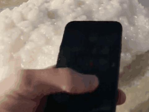 男子将iPhone8丢进死海浸泡24小时,让人难以相信