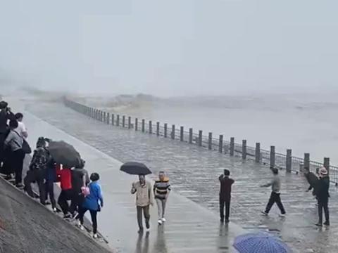 海边观涨潮还好跑得快,要不然全湿身