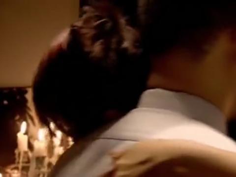 小伙在手臂上纹了女友名字,女友看见后嘲讽他,小伙:你伤害我!