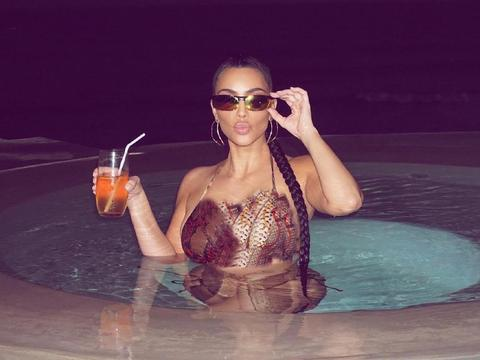 """金卡戴珊又变""""美人蛇"""",穿蟒纹泳装躺在泳池里,长辫搭身太美艳"""