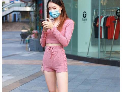 街拍:粉红色针织衫套装美女