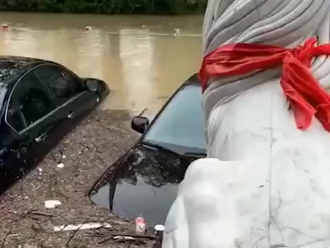 暴雨过后大量的车被淹,幸好我的保时捷没事!