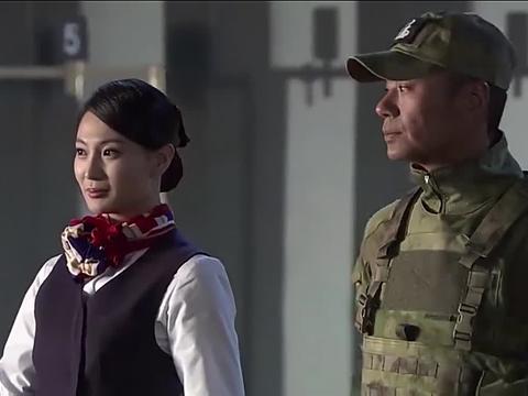 特种女兵为了学习仪态,居然穿上高跟鞋走路,把空姐逗乐了