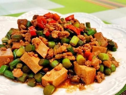 吃了这道菜,最少三碗饭,香干炒蒜苔的家常做法,味道超级棒