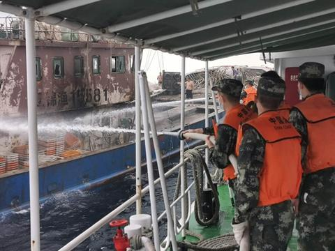 辽宁海警成功救助一艘失火渔船