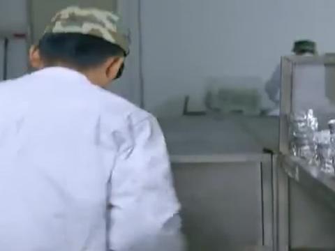 士兵们正在议论新兵,新兵却在打扫猪圈,班长看着他笑