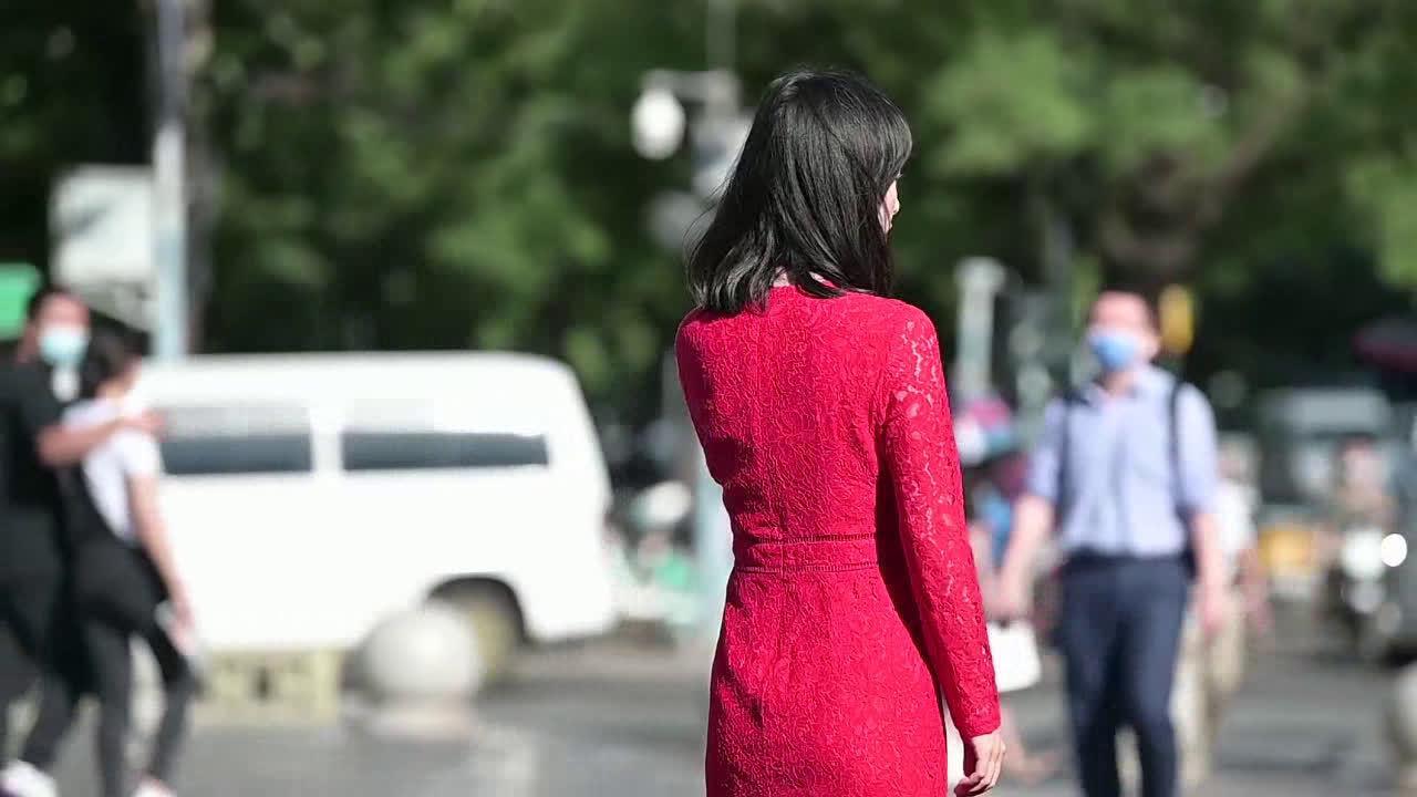 2厘米的尖头细跟鞋,低调显瘦穿搭,红色连衣裙非常漂亮