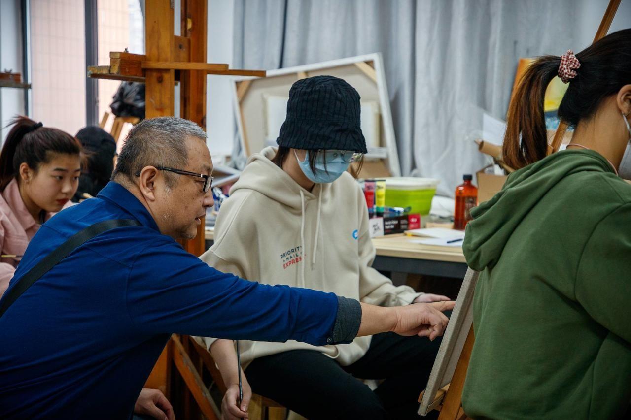 武汉科技大学师生,向东西湖分局,捐赠战疫民警油画画像