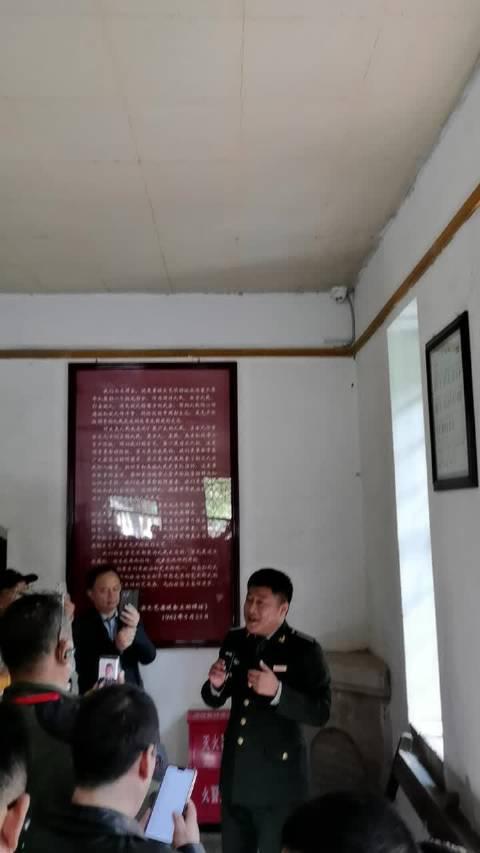 在延安杨家岭原中共中央办公厅参观……