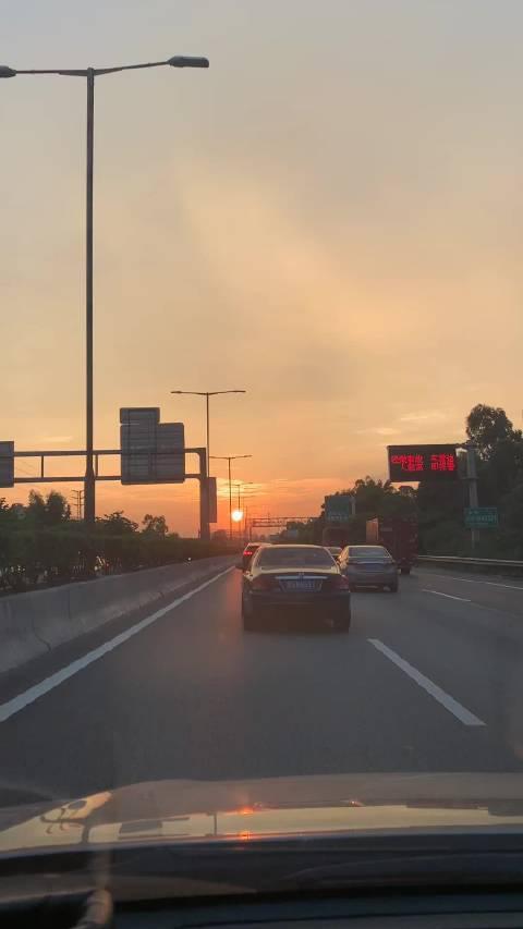 只有出差的时候,才会注意到硕大的夕阳和红霞满天