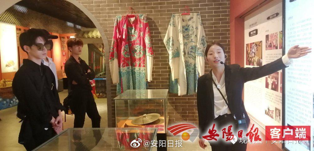9月24日,网红达人走进滑县大王庙文化园参观。(记者 付亚丽)③