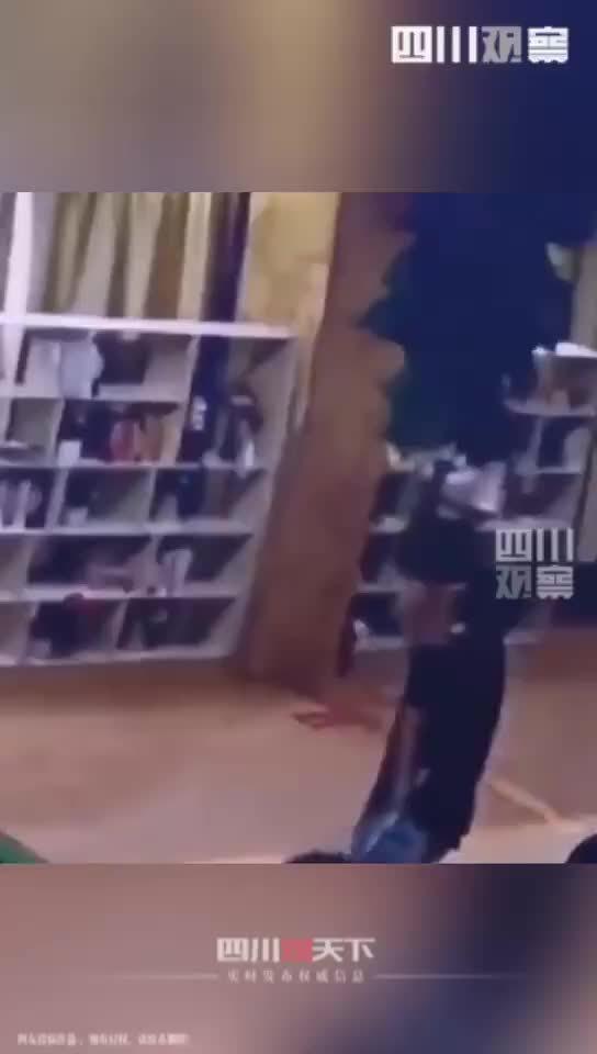 安徽合肥一高校,男生男扮女装去女浴室 被抓!