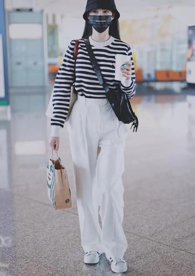 沈梦辰就算走机场也时尚,条纹衫配长裤造型休闲,难怪迷住杜海涛