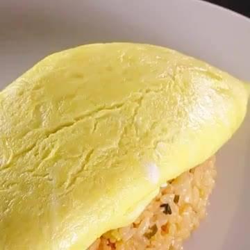 一直觉得蛋包饭切开的瞬间很好玩 来看看怎么包住蛋汁……