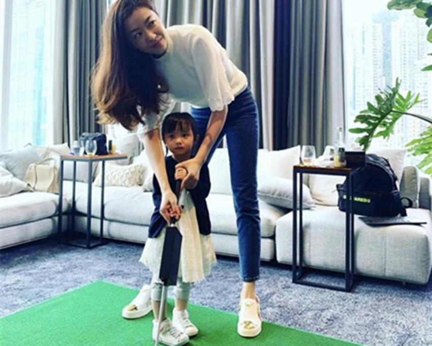 豪宅大的能打高尔夫?熊黛林晒亲子乐,俩女儿的颜值差距迥然不同
