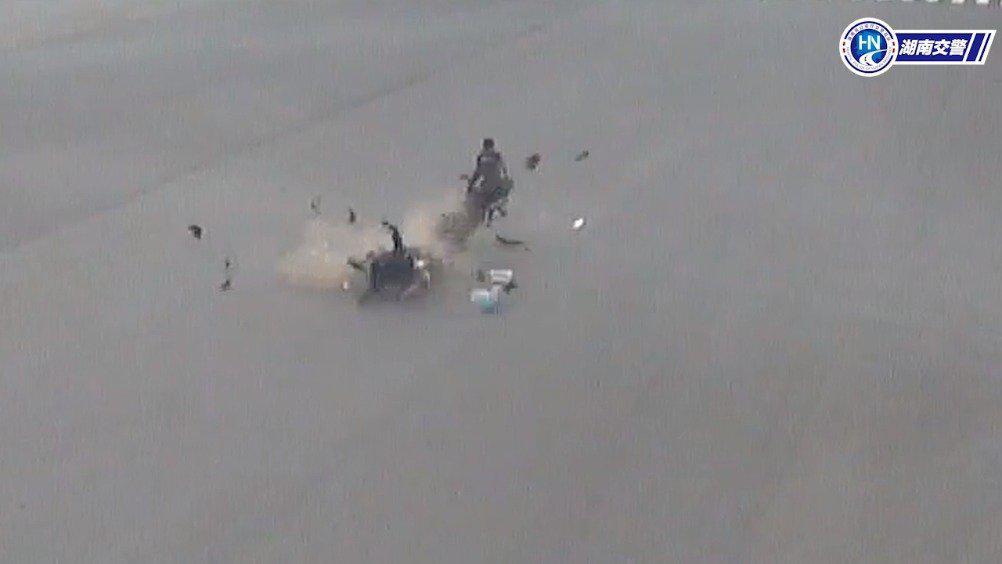 湘潭 摩托车闯红灯遇电动车闯红灯 两车飞速相撞酿事故