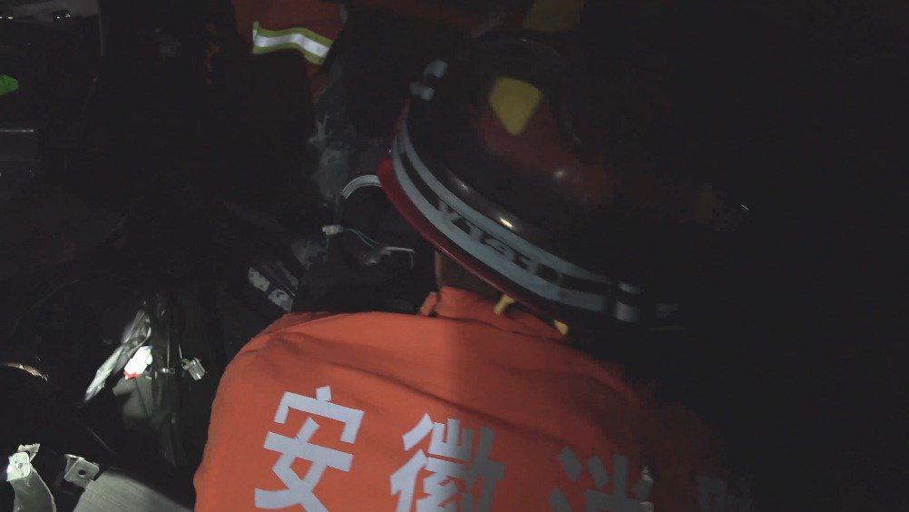 滁州 夜间两车相撞 消防火速救援