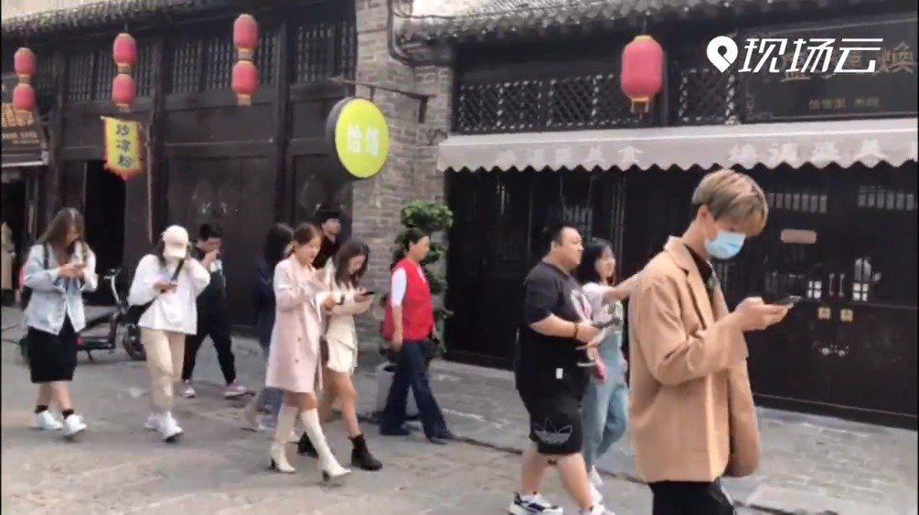 在滑县道口古镇,网红达人巧遇舞狮表演。(记者 张琳)③