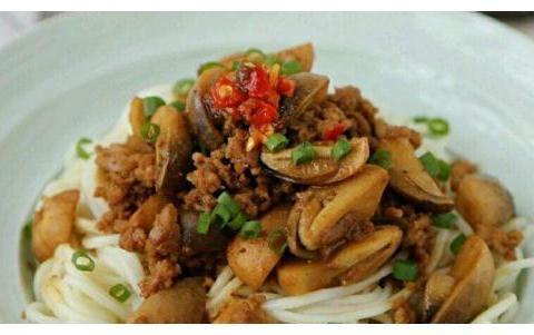 制作沙茶草菇肉酱面,打造美味的午餐,也有很营养的特点