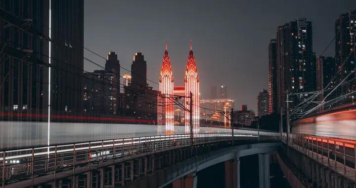 他穿梭在成都和重庆这两座城市,就像穿插在梦想与现实