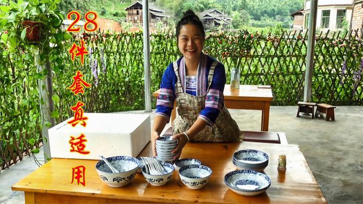 小六送的28件套碗具太精美了,秋子满心欢喜,与小六约定下次再来