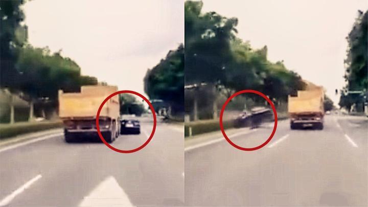 太危险!实拍:泥头车强行变道 追尾铲走轿车旋转180度!