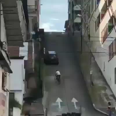 一个有毅力的骑手,感觉拍视频的人也在跟着使劲