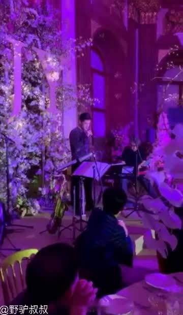 胡歌在唐嫣婚礼上唱歌!