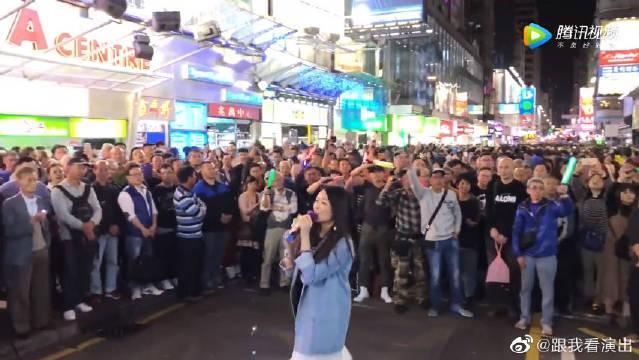 香港街头万人大合唱,周润发《监狱风云》中演唱的《友谊之光》……