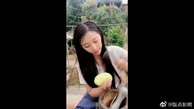 西双版纳的傣族美食,芒果配辣椒面……